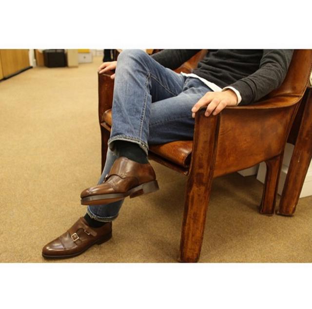 look masculino con vaqueros y zapatos de piel marrón