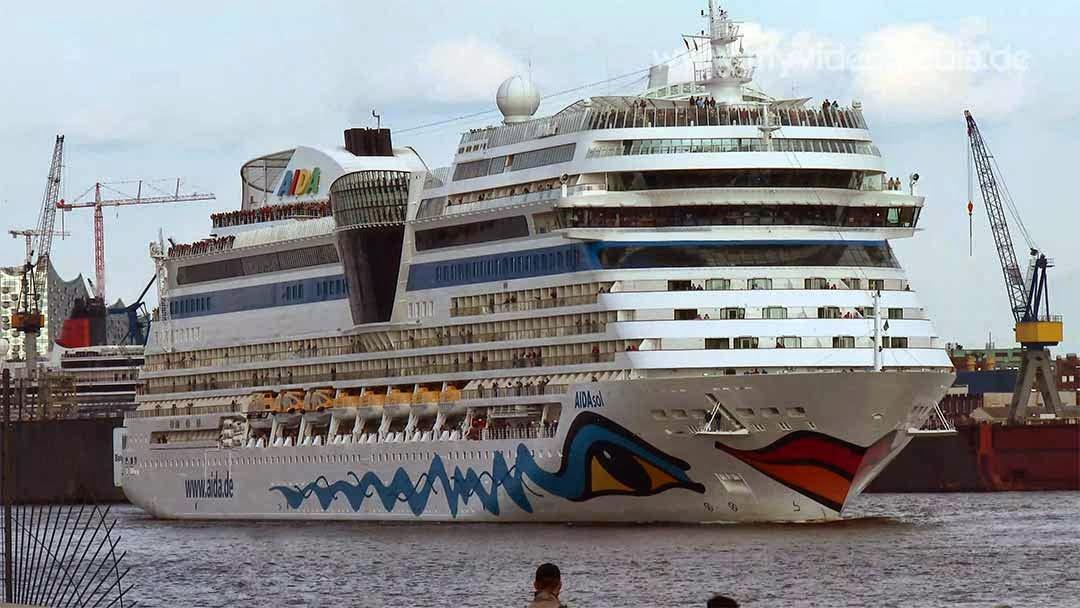 AIDAsol leaving the port of Hamburg