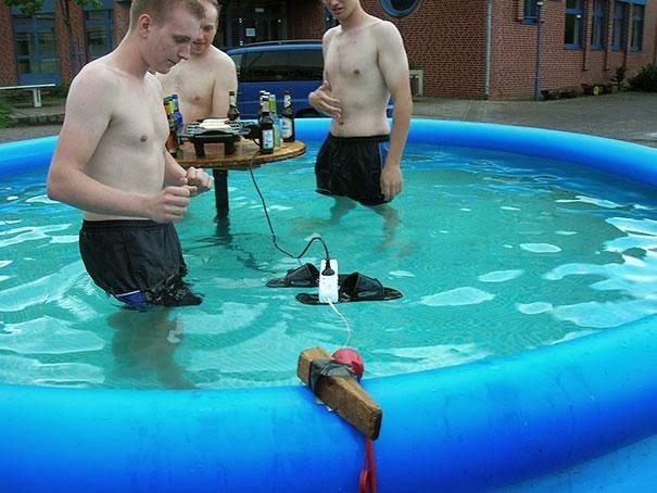hombres agua y electricidad