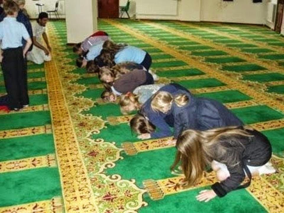 ثلاث فتيات دخلن المسجد بملابس السباحة انظروا ماذا حصل لهم؟؟