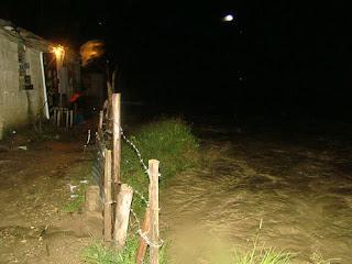 Rió Camú inunda barrios de Monte Llano