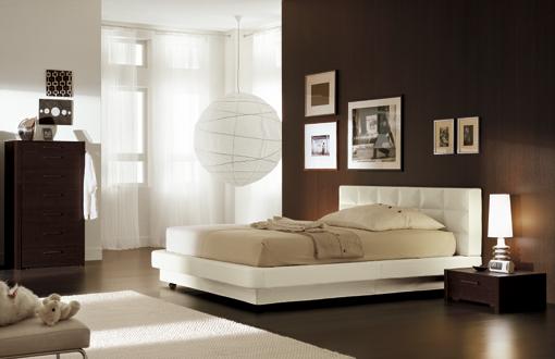 ... : Idee per imbiancare una camera con letto bianco e arredamento scuro