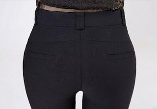 Pantalón de mujer ceñido, con cinturón delgado y botones en hileras verticales