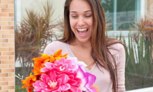 20 Things that Make Women Happy,girl flowers roses holding pocket