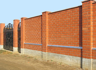Кирпичный забор с коваными воротами. Фото 8