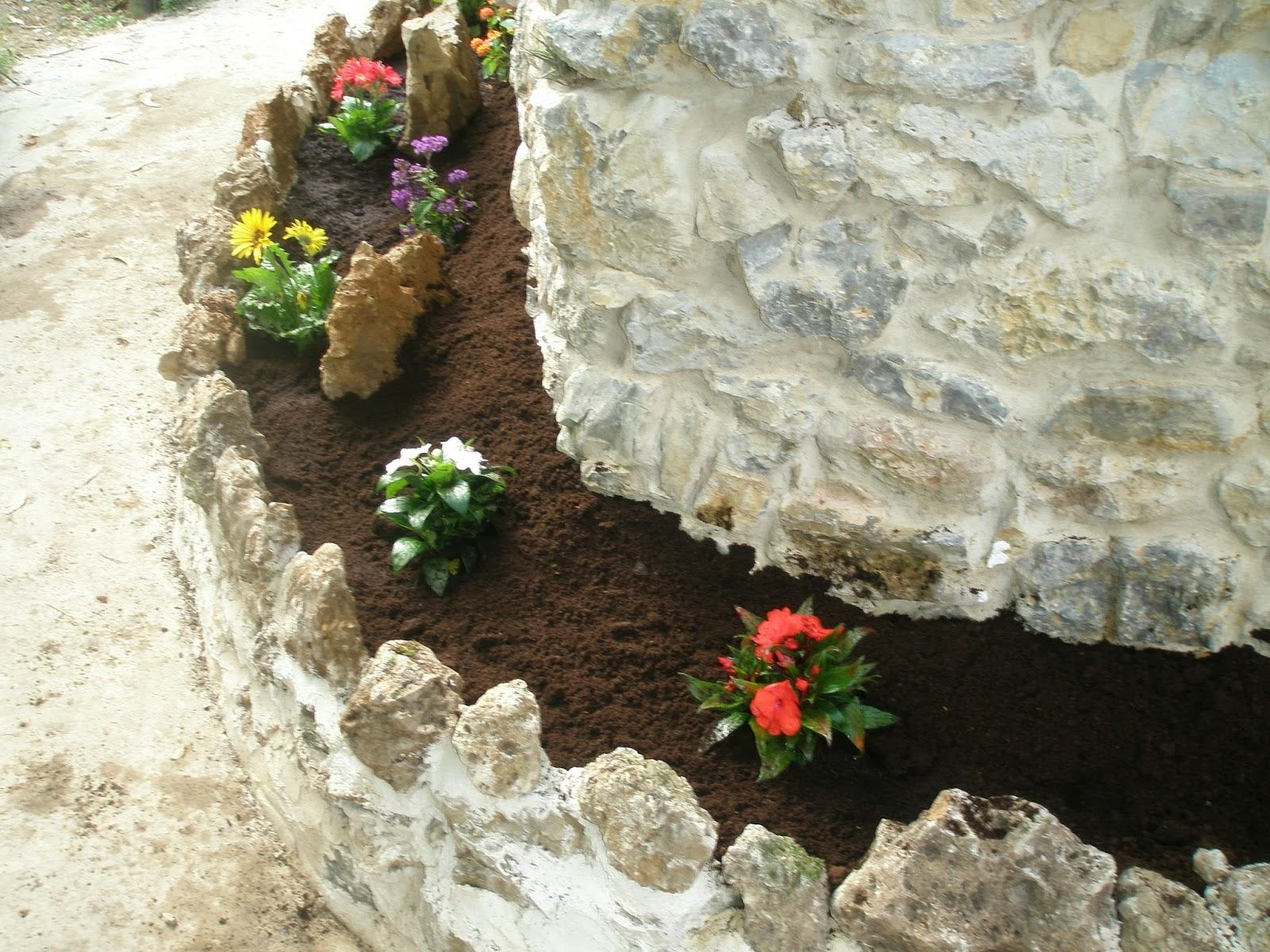 construccin comunera de una jardinera de obra adosada a la pared de la casa