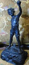 Patung Anak Kecil gaya Eropa Dengan Dasar Kayu Ukir