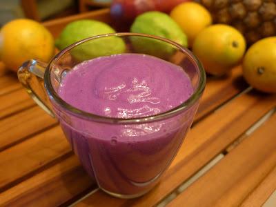 非常夢幻的紫色。雖然蔬果昔打好要快點喝才好,但是放了一會兒之後,高麗的腥味會消失,果昔也會變得更好喝喔。