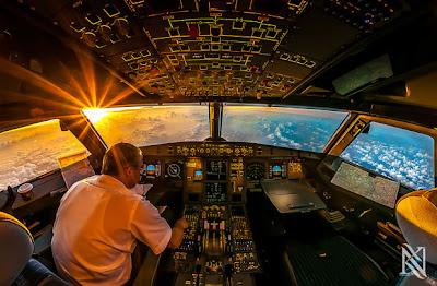 foto dentro de la cabina de un avión