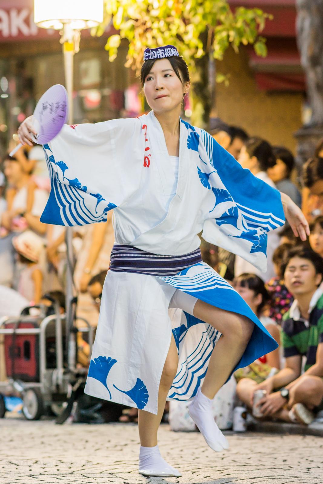 三鷹阿波踊り、みたか市役所連の女性の男踊り うちわ