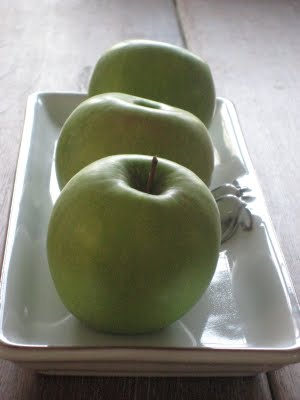 green apples on wood table by lb for linenandlavender.net, post: http://www.linenandlavender.net/2009/07/heart-of-home.html
