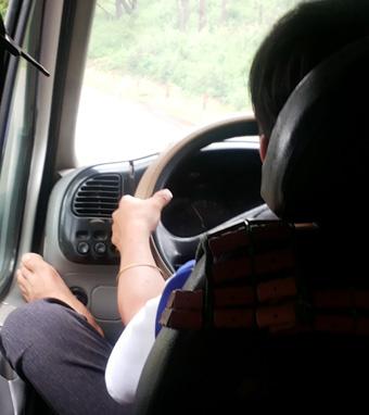 Tài xế xe khách lái xe bằng... chân