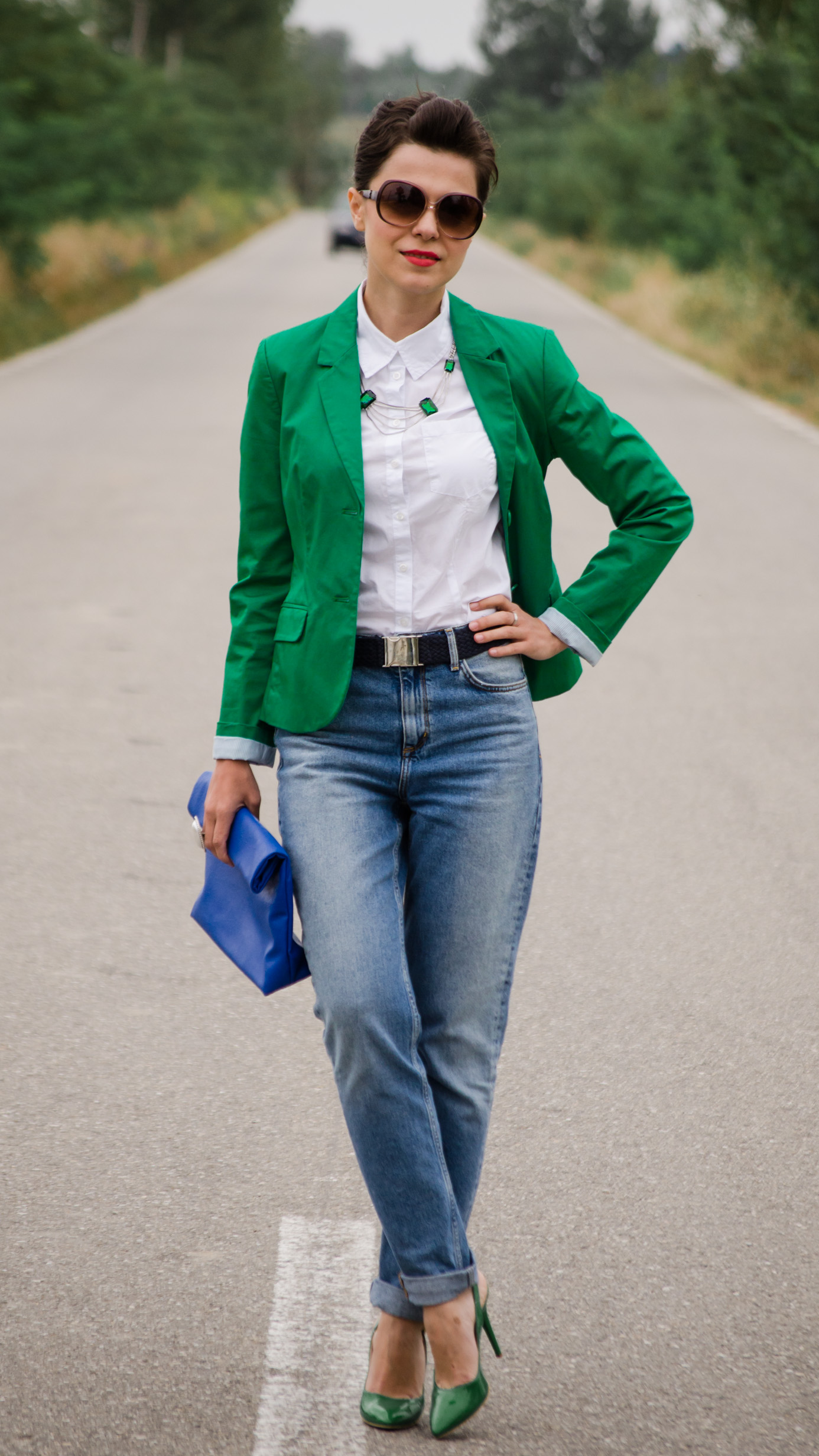 mom jeans emerald green blazer white loose boyfriend shirt blue clutch green heels H&M benvenutti s.oliver