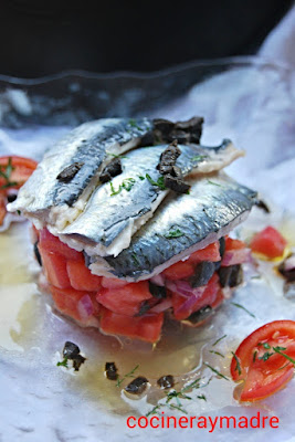 http://cocineraymadre.com/2014/09/15/sardinas-marinadas-sobre-tartar-de-tomate-y-aceitunas/