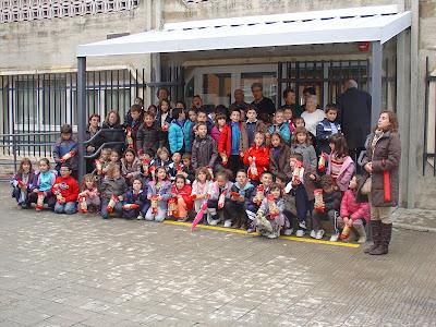 Foto de familia de los niñoz visitando el hogar de mayores