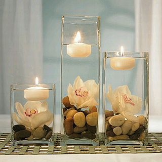 Centro de mesa con piedras flores y velas
