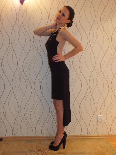 elegancka i oryginalna mała czarna ze złotymi dodatkami