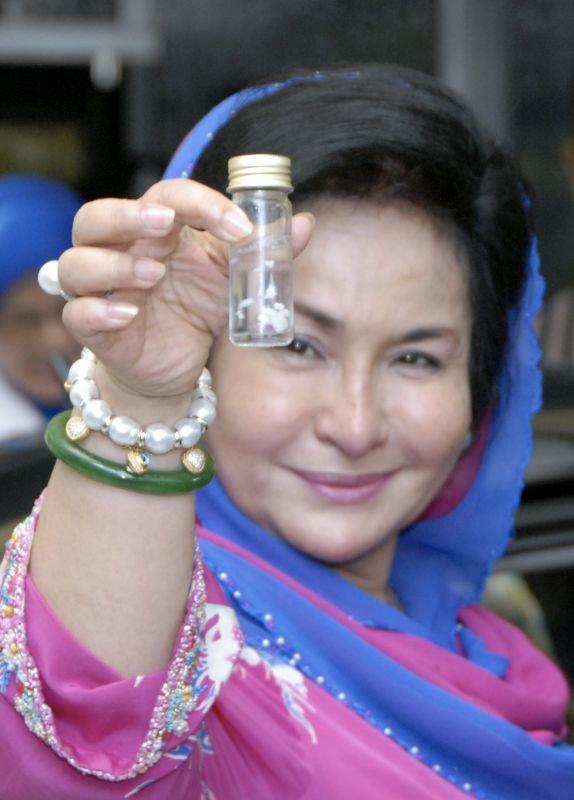 mak janda obese telah menemui botol plastik yang disimpan dalam jubur
