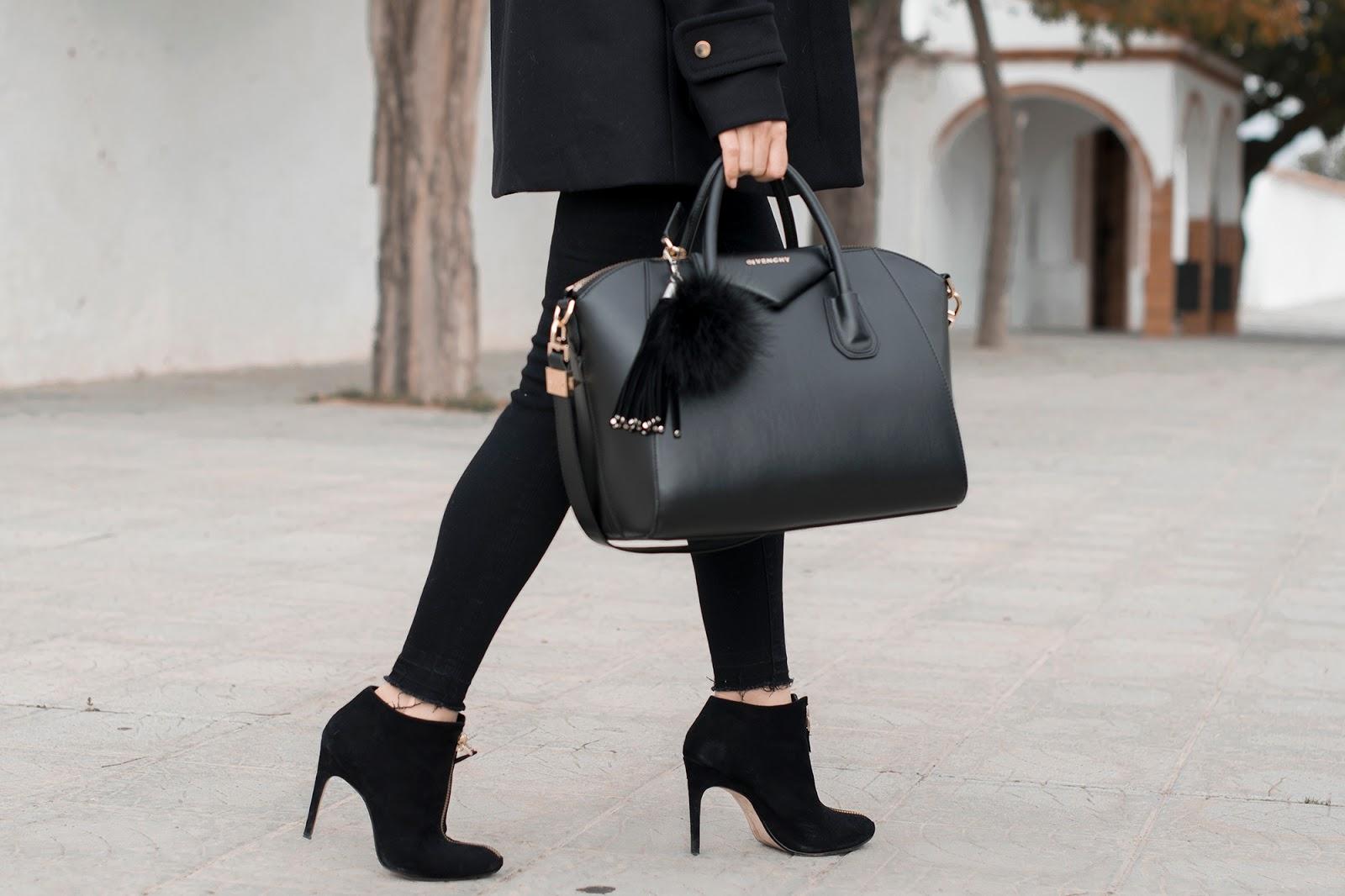 Look en negro y gris con trenka de Zara