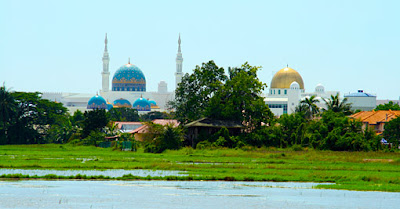 travel to Penang on the highway from Thailand showing Islam Palaces