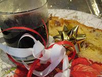 bicchiere con vin brulé per il dopo cena di Natale