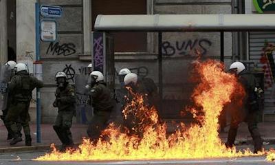la+proxima+guerra+disturbios+en+atenas+grecia+fuego+policia