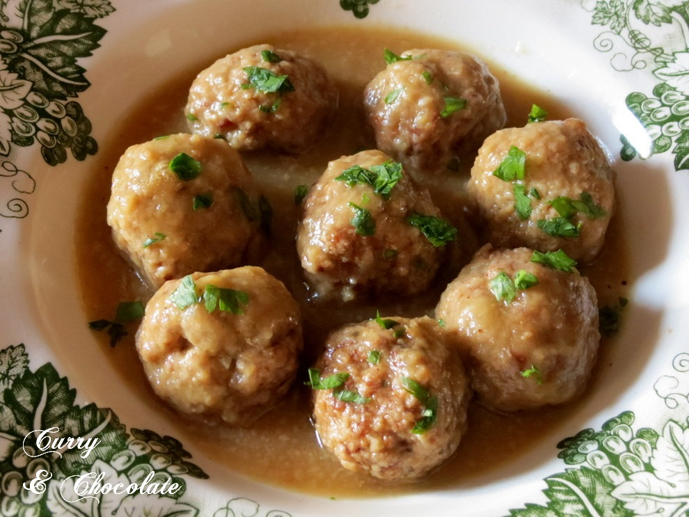 Meatballs in white wine and onion sauce