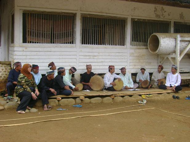 Mengenai sistem kesenian masyarakat Kampung Naga, H. M. Ahman Sya dan