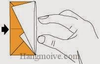 Bước 13: Cho tay vào trong lớp giấy, làm móp lại từ vị trí mũi tên.