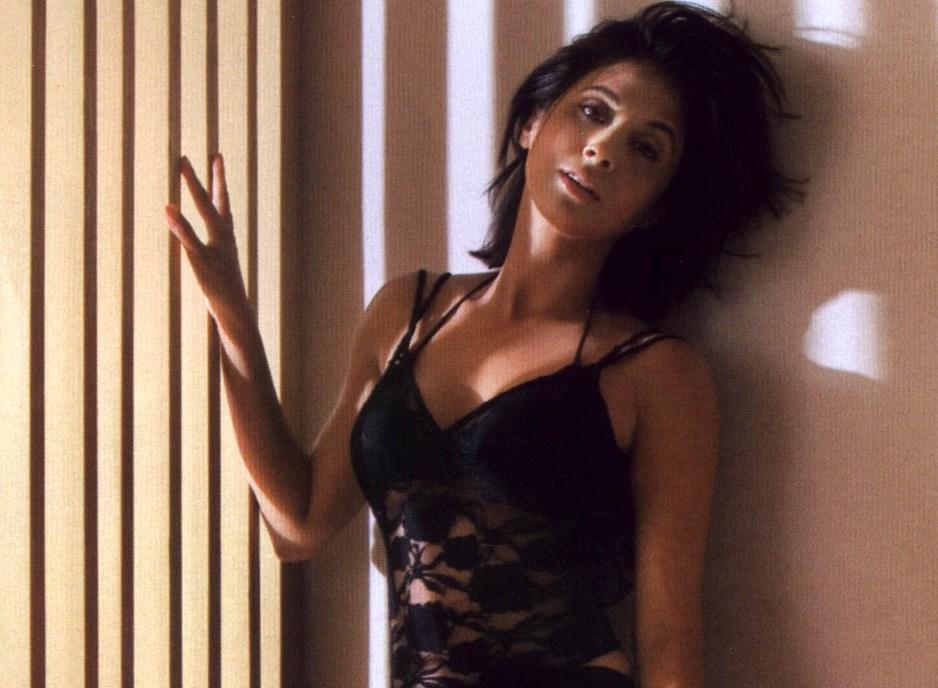 Urmila Matondkar Hot And Sexy Cleavage And Thighs Show Stills ...