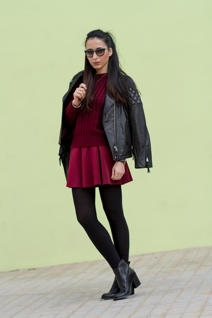 Outfit burgundy granate vino jersey mohair y falda de neopreno vuelo con botines de tacon y hebilla de zara y medias negras tupidas opacas de ORI Blogger española moda tendencias