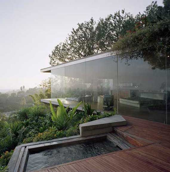 Glass wall home in the hollywood hills by john lautner for Glass house design architecture