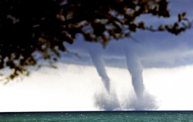 Gambar Tornado Kembar Foto Fenomena Alam Angin Topan Dahsyat