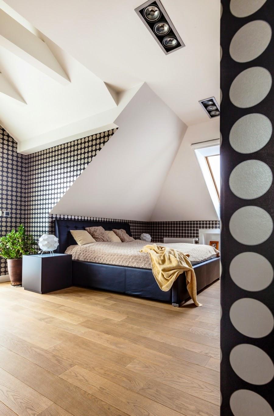 wnętrza, wystrój wnętrz, dom, mieszkanie, aranżacja, home decor, dekoracje, styl nowoczesny, biel i czerń, lampy, sypialnia, tapeta w grochy