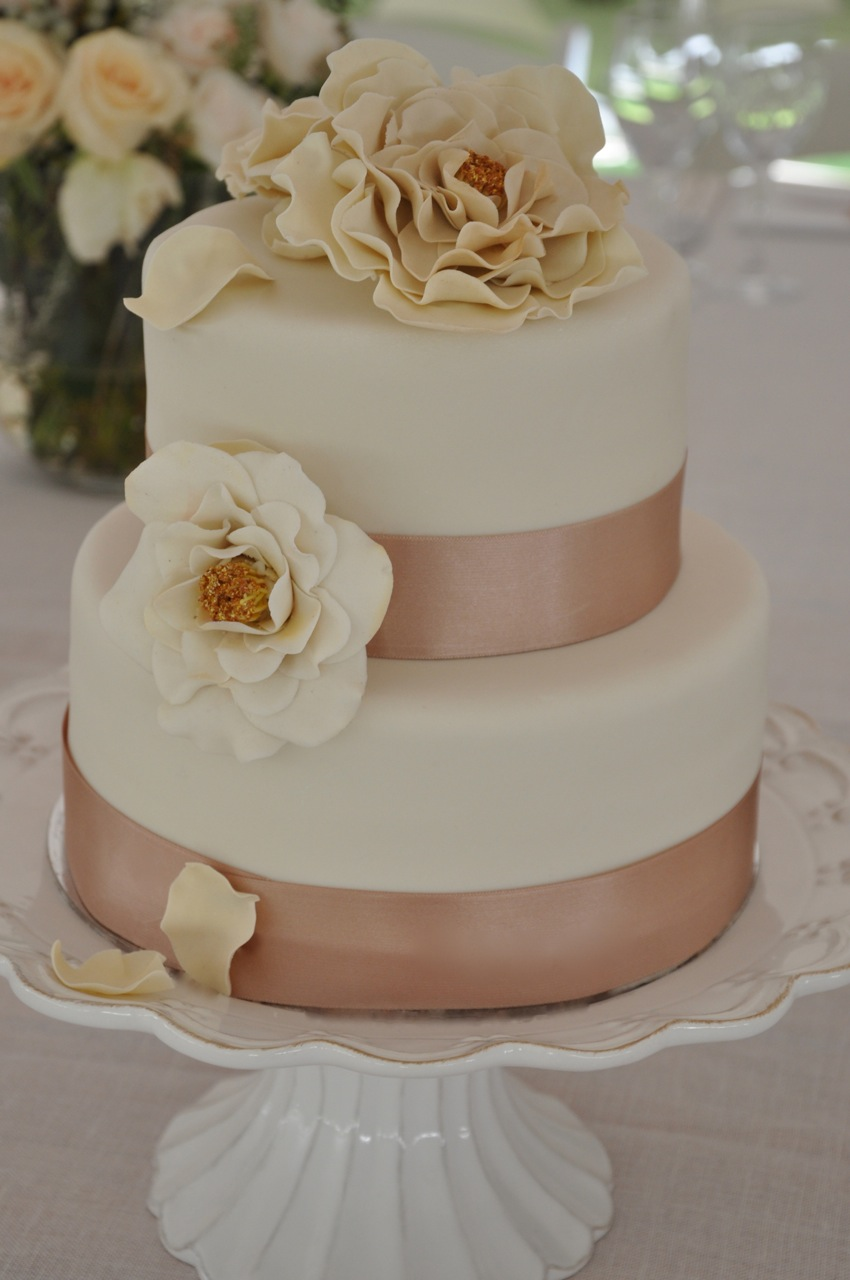 Rozannes Cakes Off White Open Rose Wedding Cake