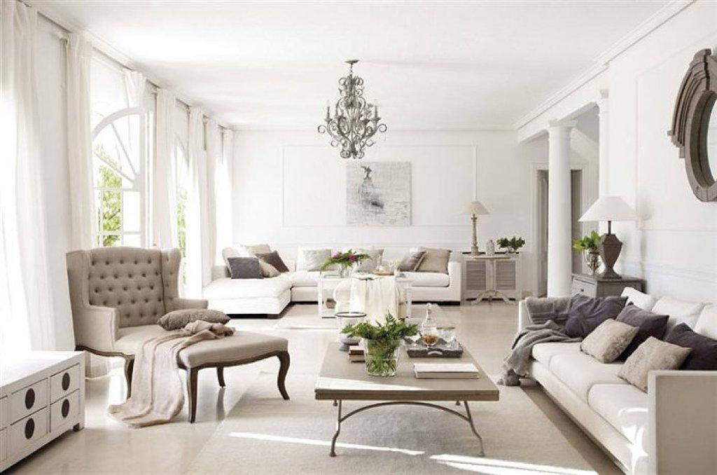Un ambiente neoclásico en tonos neutros dándo prioridad a los colores claros, con un toque rústico; presente en la mesa de centro y mueble de televisión y