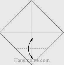 Bước 2: Gấp góc dưới tờ giấy lên phía trên, sau đó lại mở ra để tạo nếp gấp.