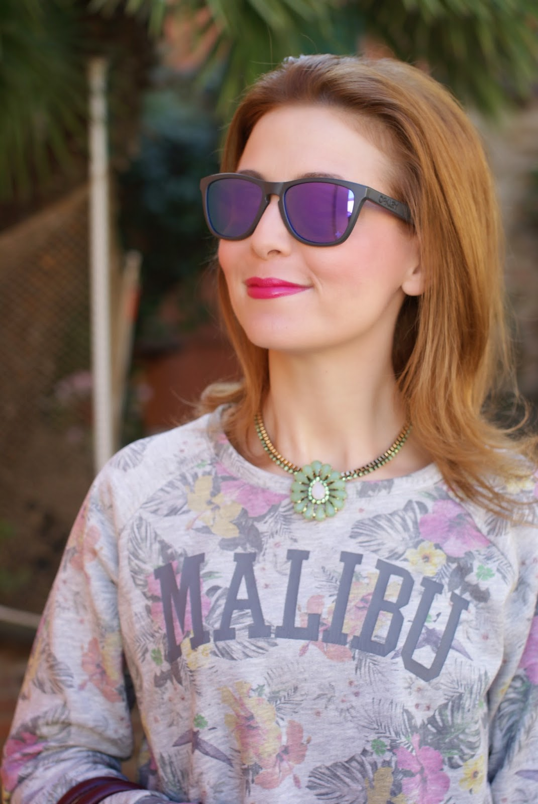 Malibu sweatshirt, Sodini bijoux collana, Oakley blue mirror sunglasses, Fashion and Cookies, fashion blogger