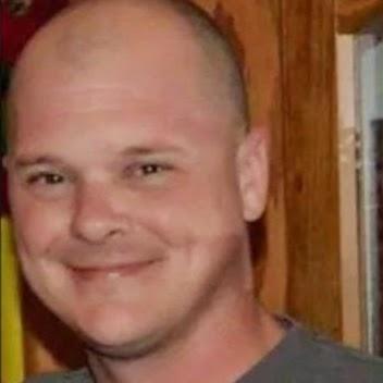 A criança manuseava uma submetralhadora Uzi, quando perdeu o controle da arma. Charles Vacca, 39, foi atingido na cabeça e morreu