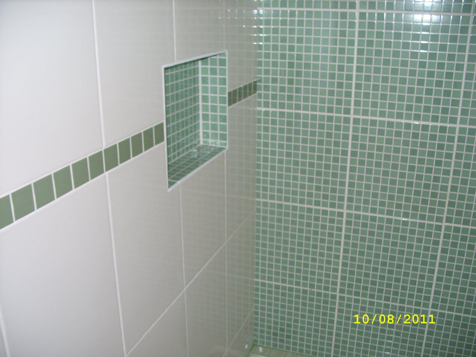 Na suíte optamos por um piso com tons de verde e o rejunte verde  #A1A724 1600x1200 Banheiro Com Revestimento Azul