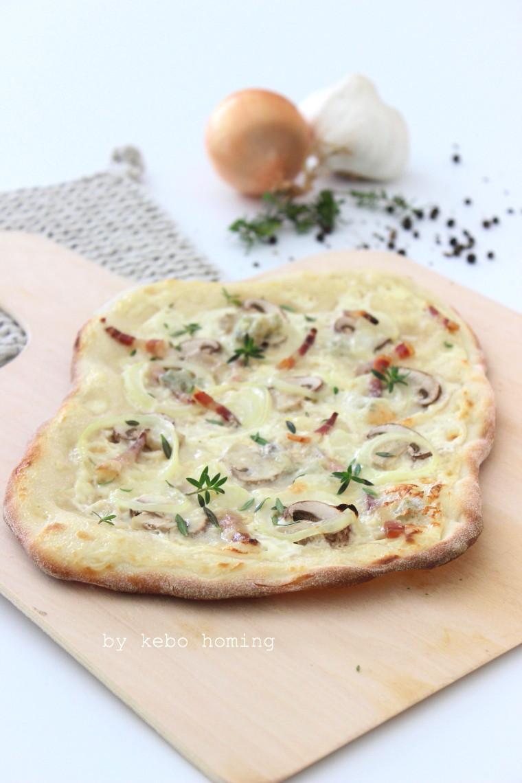 Flammkuchen mit Sauerrahm, Zwiebeln, Speck, Pilzen und Gorgonzola, das Rezept gibt es bei kebo  homing, dem Südtiroler Foodblog und Lifestyleblog #wirrettenwaszurettenist