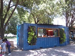 eco tienda de conveniencia jardin vertical y reuso de