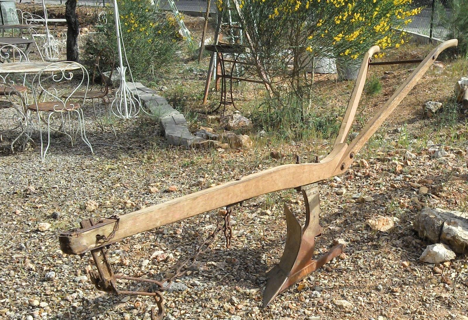 Ancienne charrue art populaire déco jardin provençal campagne ...