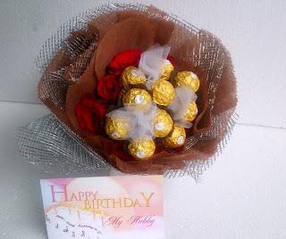 bunga mawar dan cokelat
