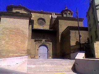 Acceso principal de la Catedral de Barbastro desde la calle San José de Calasanz (Somontano, Huesca, Aragón, España)