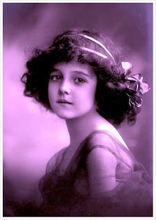 foto vintage de niña antigua en violeta