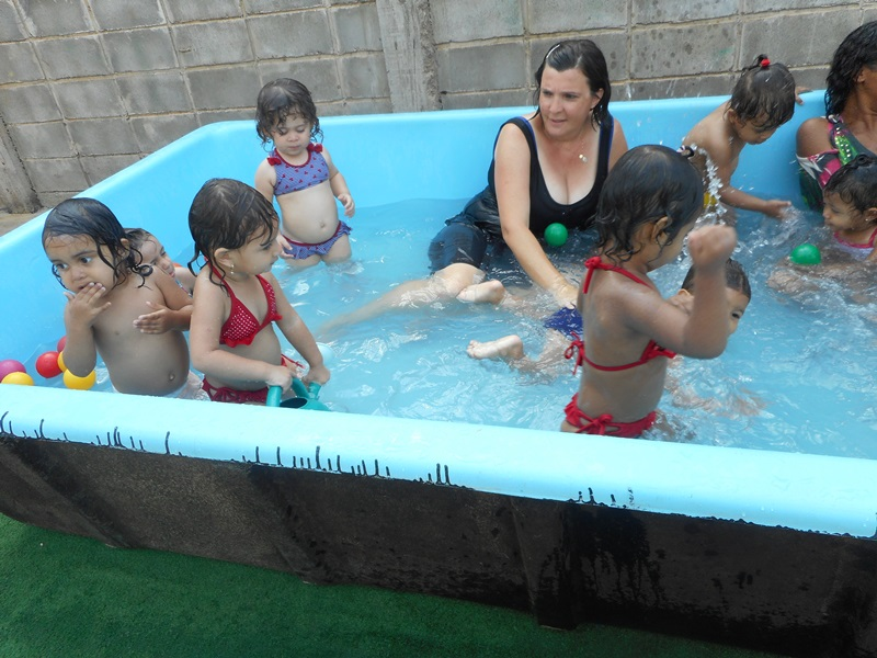 Creche carmen brincadeiras na piscina com a turminha do for Piscina que se esconde