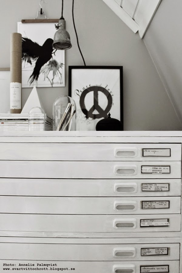 konsttryck, svartvita tavlor, svart och vitt, svartvit, artprint, artprints, print, prints, poster, posters, arbetsrum, ateljé, peace, svart fågel, glaskupa, glaskupor, grått, gråa, arkivskåp, vitt, vita,