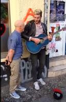 cantante original y el artista callejero cantan juntos su canción