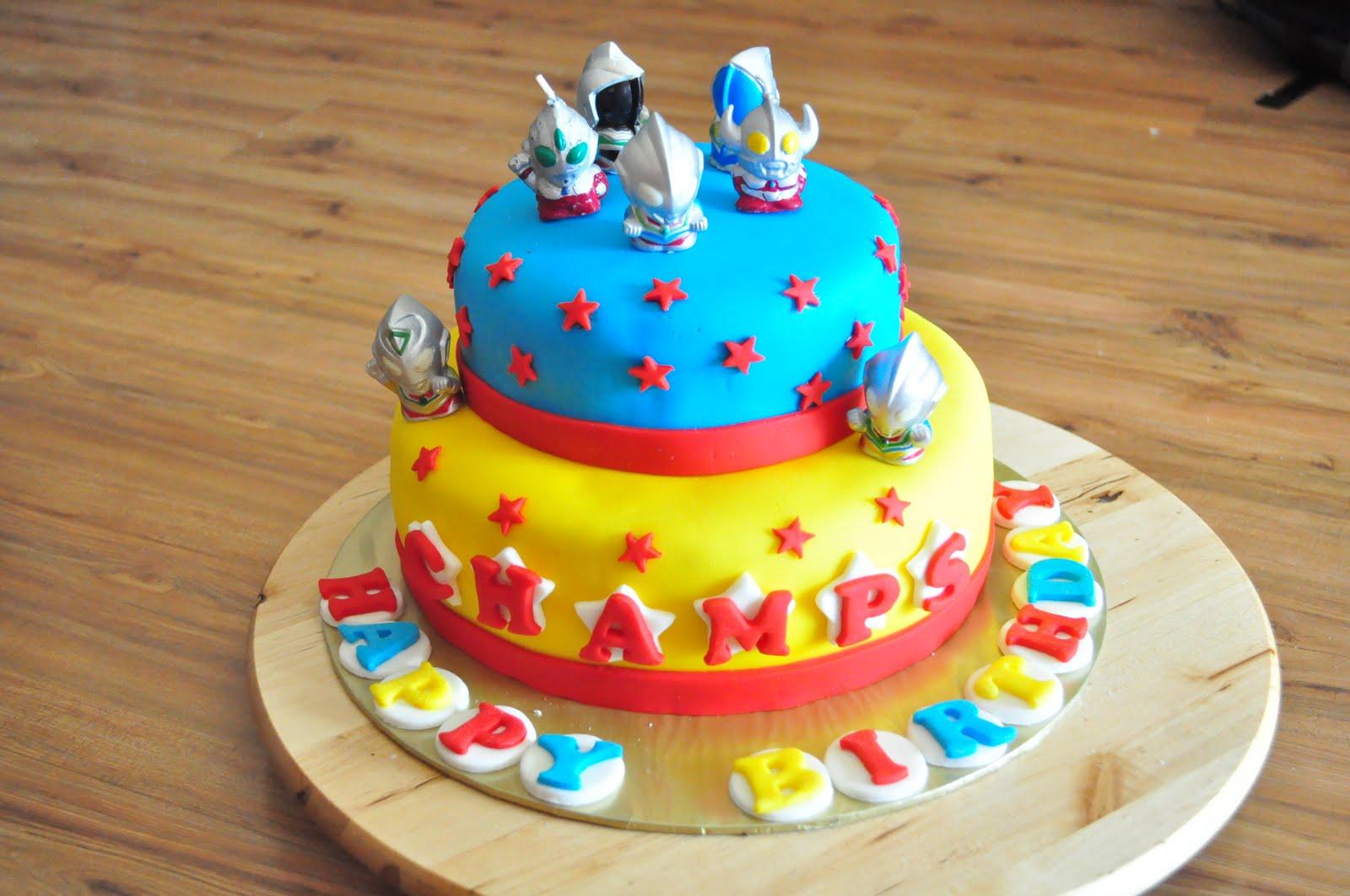 dari oven yang comel Ultraman cake